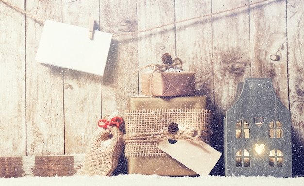 cadeaux empilés et une corde avec une enveloppe Photo gratuit