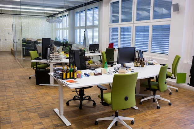 chaises vides et une table dans le bureau Photo gratuit