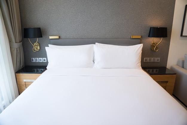 Chambre à coucher dans l\'appartement avec mur gris, deux lampes et ...