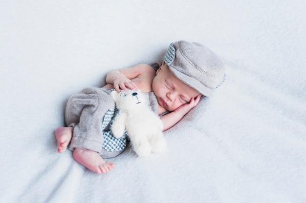 Charmant bébé avec jouet Photo gratuit