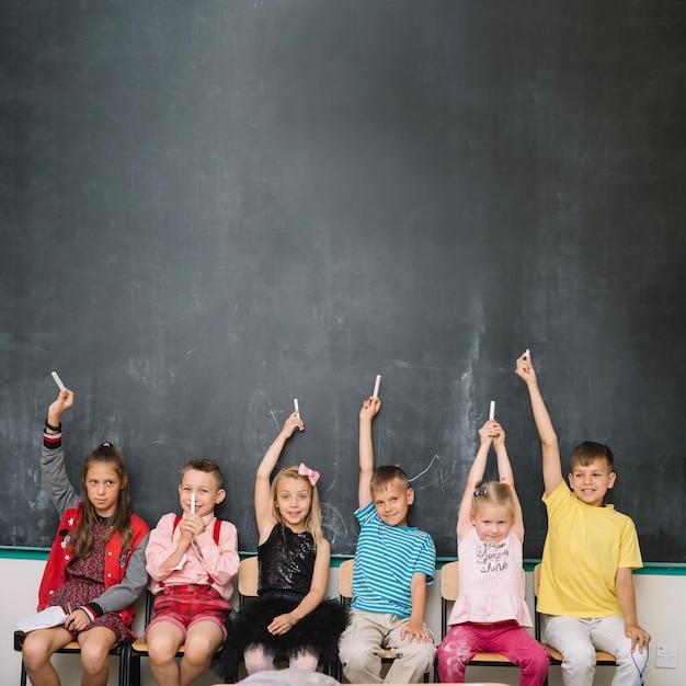 Classmates à la craie ensemble Photo gratuit