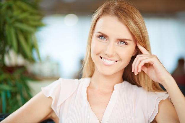Close-up de la femme souriante Photo gratuit