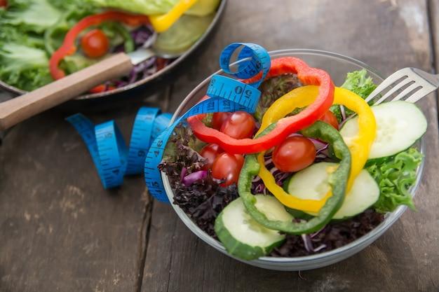 Close-up de ruban à mesurer avec une salade Photo gratuit