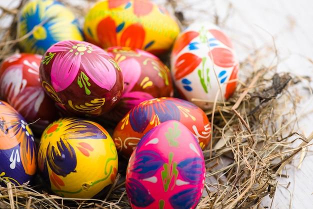 Close-up des oeufs peints pour le jour de Pâques Photo gratuit
