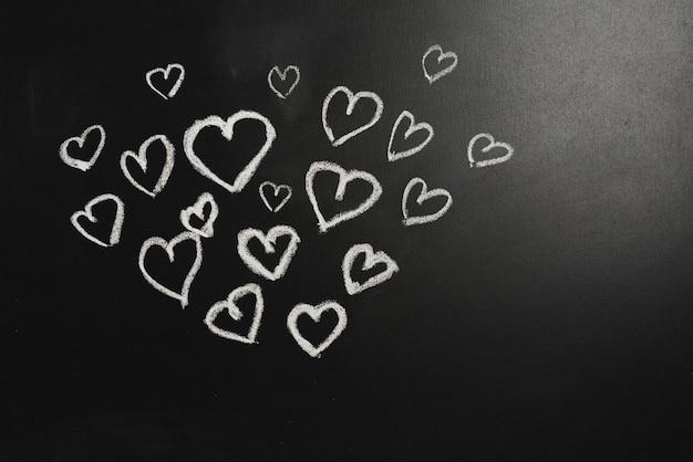 Coeurs mignons sur tableau noir Photo gratuit
