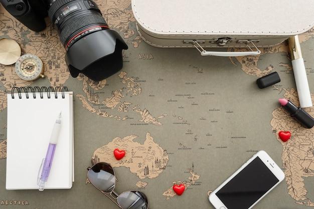 Composition de Voyage avec des objets décoratifs Photo gratuit