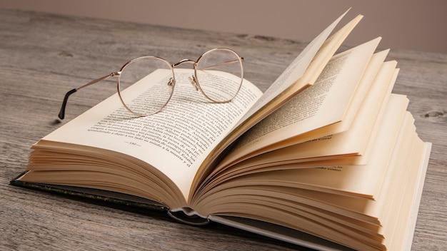 """Résultat de recherche d'images pour """"livre et lunettes"""""""