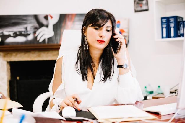 Confiant jeune femme d'affaires sur le téléphone Photo gratuit