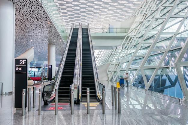Couloir moderne de l\'aéroport ou de la station de métro ...