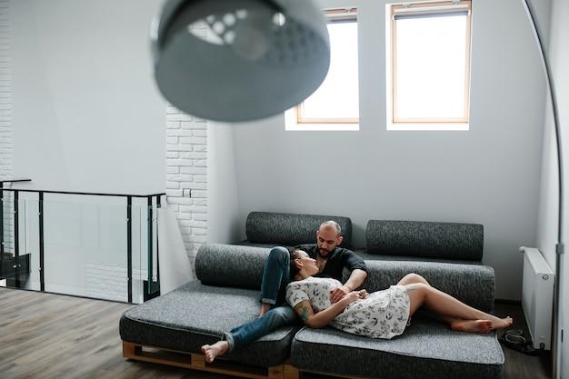 Couple couché sur un canapé-lit Photo gratuit