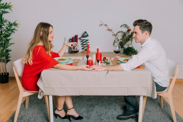 couple d 39 amoureux ayant un d ner romantique t l charger des photos gratuitement. Black Bedroom Furniture Sets. Home Design Ideas