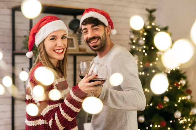 Couple de contenu au dîner de Noël Photo gratuit