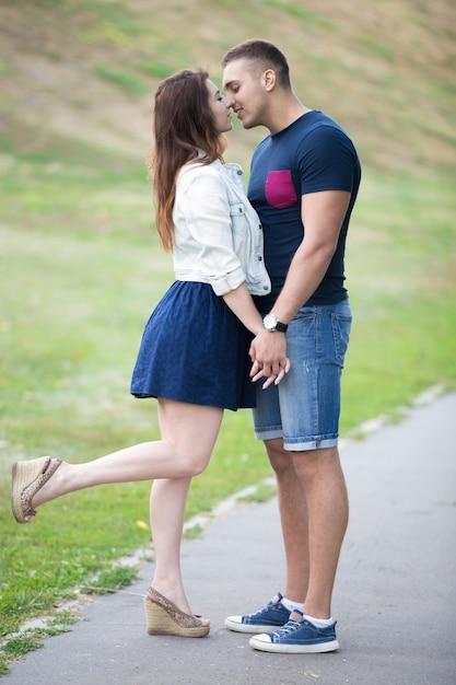 Couple embrasser et elle avec une jambe soulev es t l charger des photos gratuitement - Www nice pic other ...