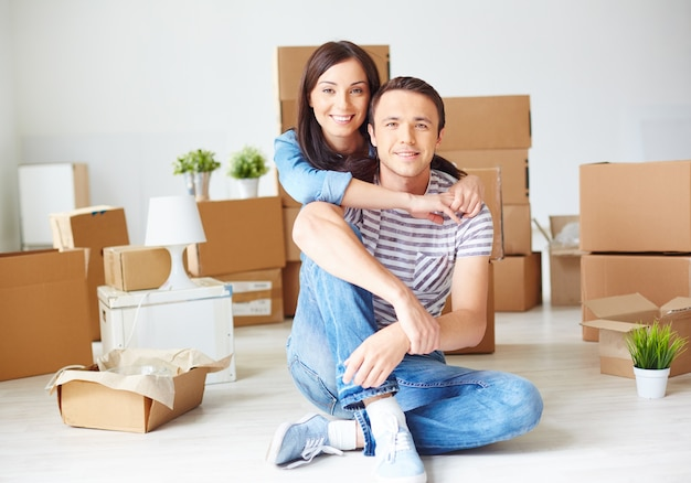 couple, gaie sur un jour de déménagement Photo gratuit