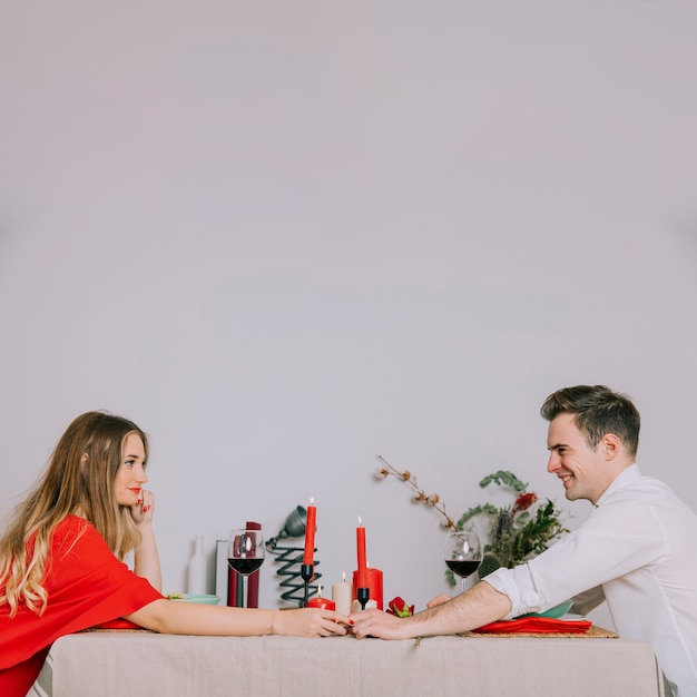 Couple profitant d'un dîner romantique Photo gratuit