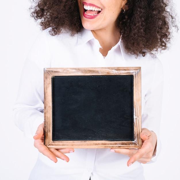 Crop femme avec tableau noir Photo gratuit