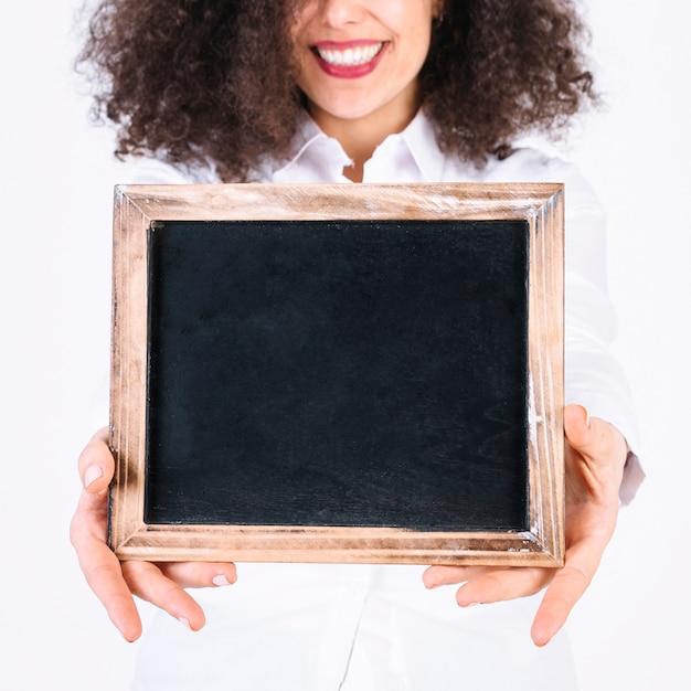 Crop femme montrant tableau Photo gratuit