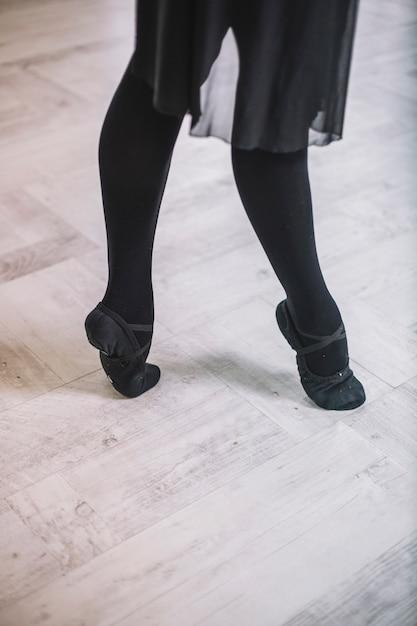 Crop femme qui danse sur le parquet telecharger des for Parquet qui craque sous les pieds