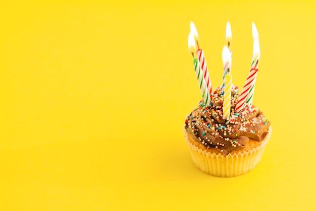 Cupcake avec bougies d'éclairage Photo gratuit