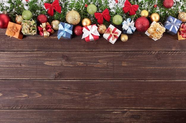 décorations de Noël sur fond de bois Photo gratuit