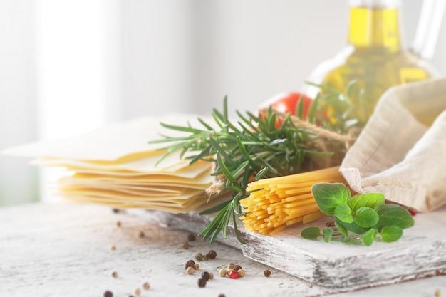 des ingr dients sains sur une table de cuisine spaghetti huile d 39 olive t t l charger des. Black Bedroom Furniture Sets. Home Design Ideas