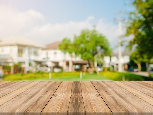 dessus de table en bois vide sur le flou r u00e9sum u00e9 vert du jardin et de la maison dans l u0026 39 arri u00e8re