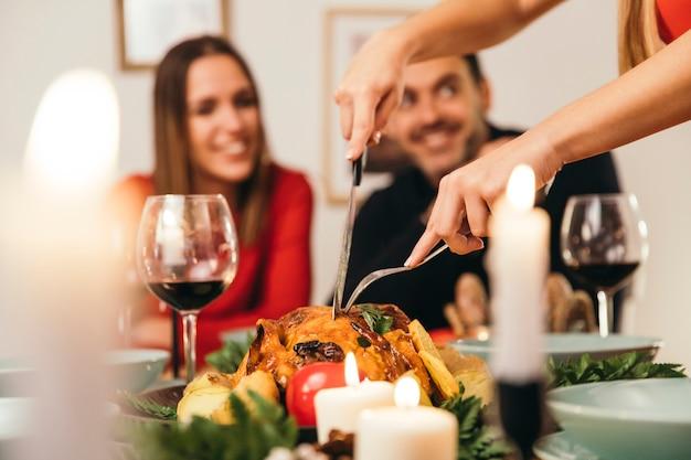 Dîner de Noël avec la Turquie et un couple souriant Photo gratuit