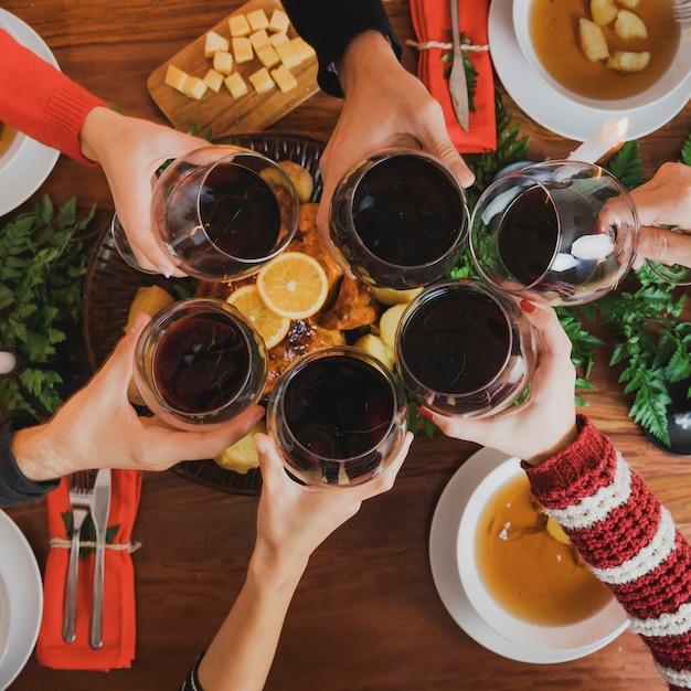 Dîner de Noël avec vue de dessus des verres à vin Photo gratuit