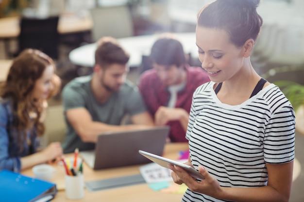 dirigeant d'entreprise Femme utilisant tablette numérique Photo gratuit