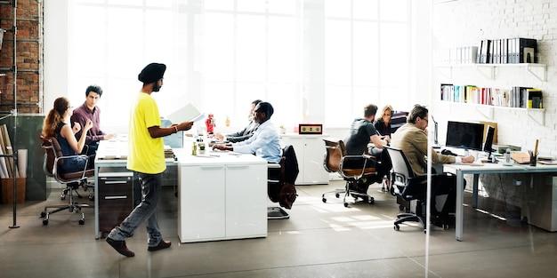 Divers groupe de personnes travaille au bureau Photo gratuit