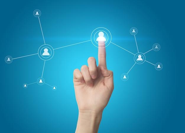 Doigt appuyant sur un bouton de réseau social sur un écran tactile Photo gratuit