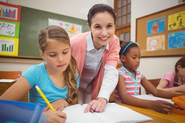 Élève et enseignant au bureau dans la salle de classe