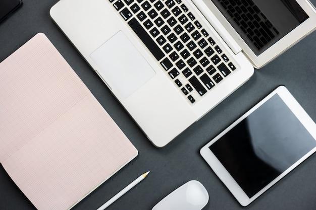 espace de travail avec un ordinateur portable tablette et ordinateur portable t l charger des. Black Bedroom Furniture Sets. Home Design Ideas