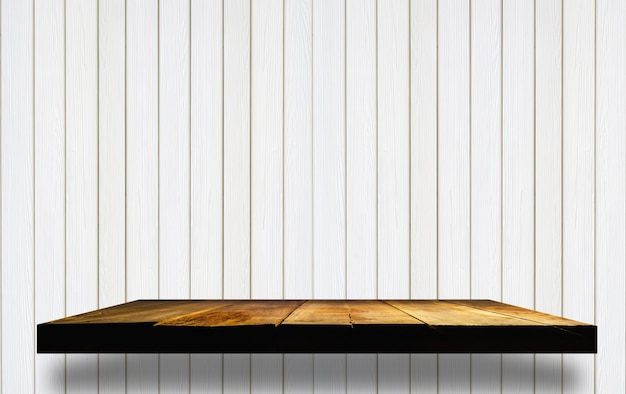 étagères en bois vides sur un mur en bois Photo gratuit