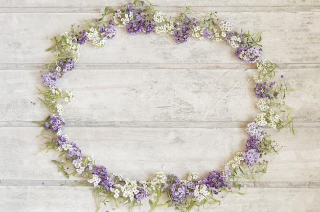 Fantastique cadre floral sur la surface en bois Photo gratuit