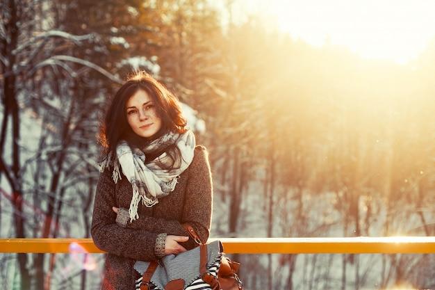 femme avec les d penses de manteau brun le jour dans la neige t l charger des photos gratuitement. Black Bedroom Furniture Sets. Home Design Ideas