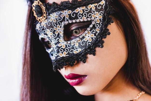 femme avec un foulard rouge sur la t te et un masque v nitien t l charger des photos gratuitement. Black Bedroom Furniture Sets. Home Design Ideas