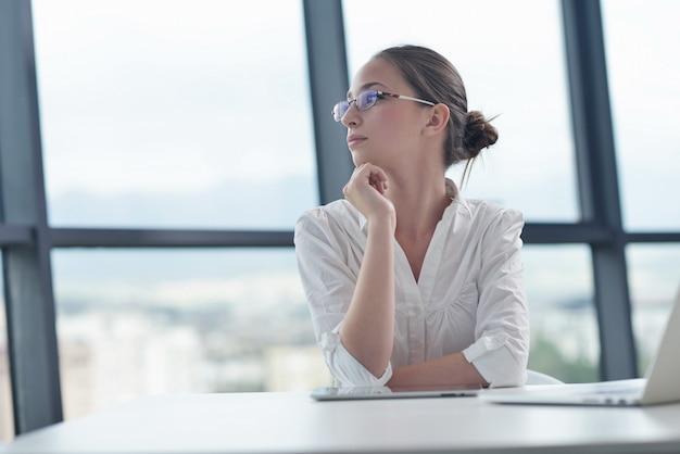 Femme d'affaires au bureau Photo Premium