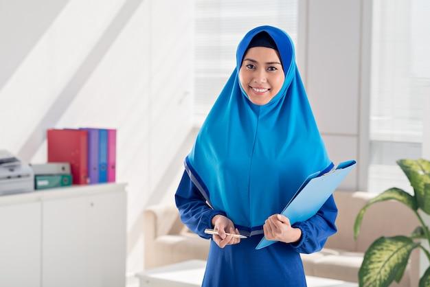 Femme d'affaires musulmane avec dossier Photo Premium