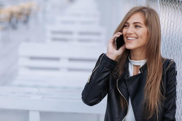 femme souriante et parlant au t l phone t l charger des photos gratuitement. Black Bedroom Furniture Sets. Home Design Ideas