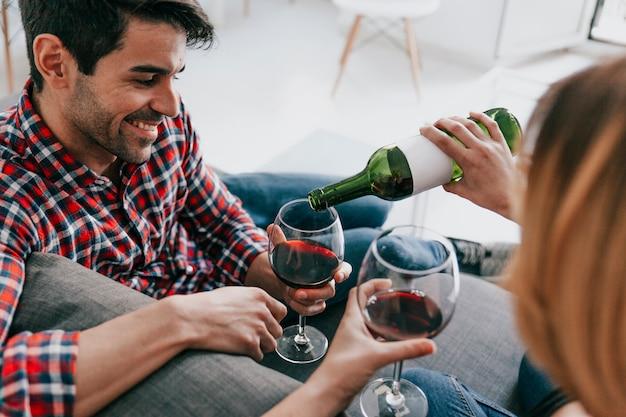 Femme versant du vin à l'homme Photo gratuit