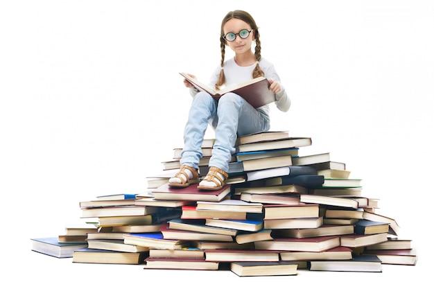 Fille Avec Des Lunettes Assis Sur Une Pile De Livres