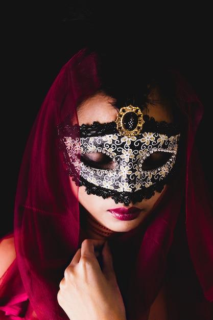 fille avec un foulard rouge sur la t te et un masque v nitien t l charger des photos gratuitement. Black Bedroom Furniture Sets. Home Design Ideas