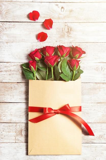 fleurs dans une enveloppe de papier avec des p u00e9tales autour