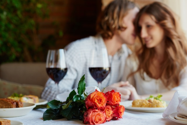 fleurs et verres de vin avec fond flou