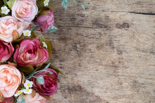 Fleurs roses sur fond de bois rustique. Espace de copie. Photo gratuit