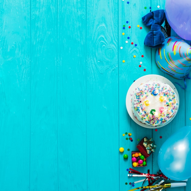 Gâteau au chapeau et confettis Photo gratuit
