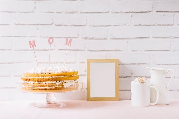Gâteau et cadre pour la fête des mères Photo gratuit