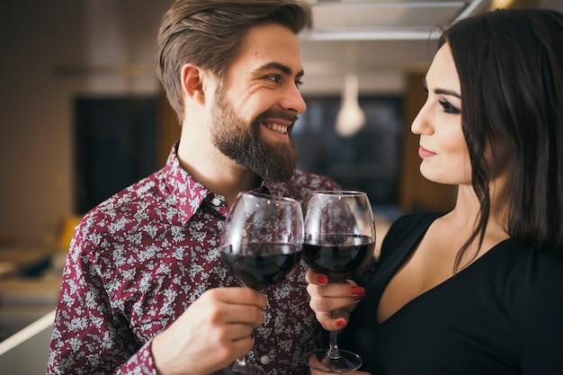 gens joyeux appr ciant la soir e romantique avec du vin. Black Bedroom Furniture Sets. Home Design Ideas