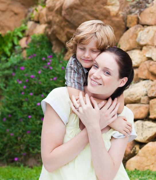 Gentil enfant embrassant sa mère Photo Premium